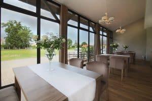 Restauracja nad stawem, krzesła comfort 1